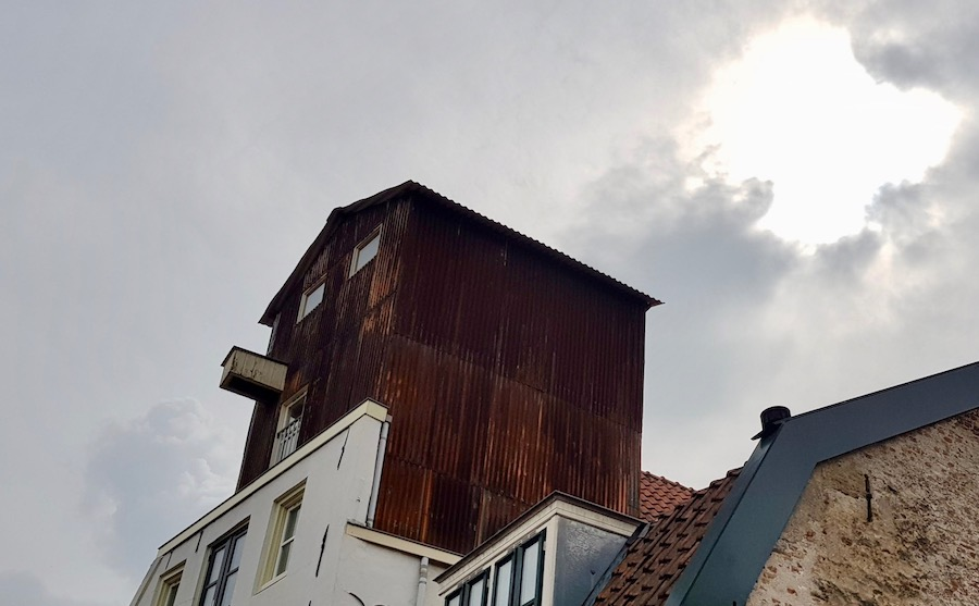 Roestkleurige opbouw in Amersfoortse binnenstad