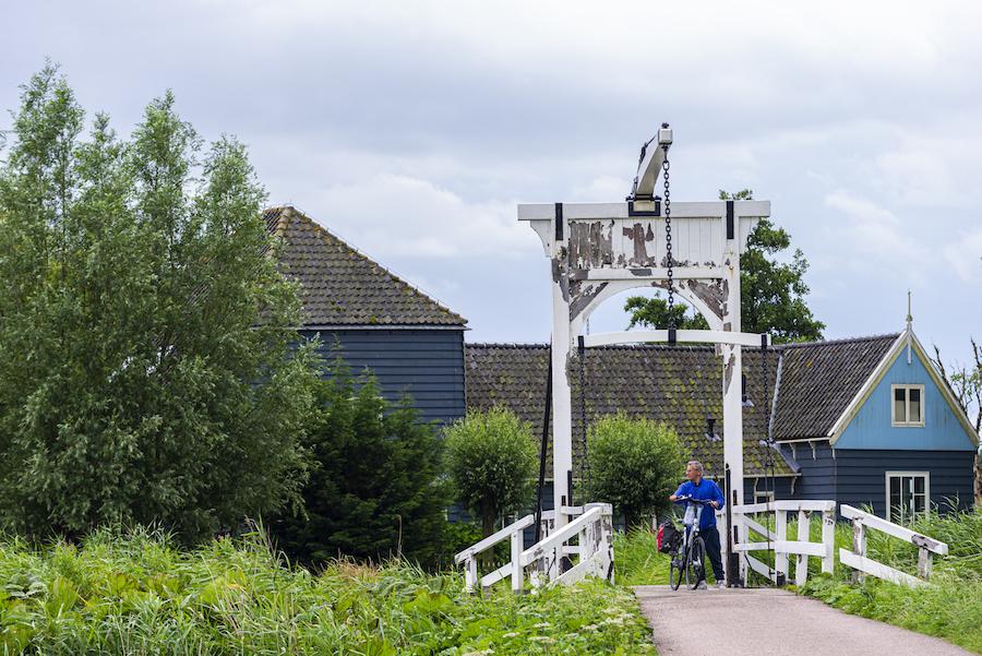 Fietser rijdt over een brug in Waterland
