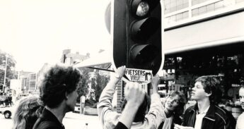 ENFB-activisten plakken ergens in de jaren 70 een sticker 'Fietsers vrij' op een stoplicht