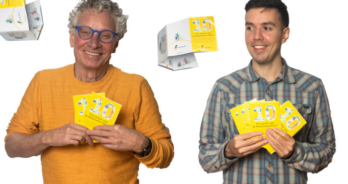 Wim Bot en Steven met flyers met de 10 ounten van de Fietsersbond voor de Tweede kamer-verkiezingen