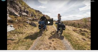 Twee fietsers in een wijds Noors landschap
