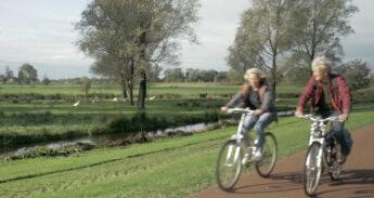 Karin en Jetty op de fiets