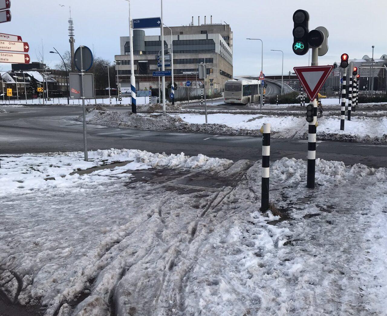 Onbegaanbaar fietspad vol aangekoekte sneeuw in Zwolle