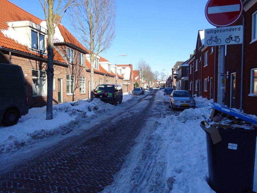 Halfslachtig geveegde straat in Enschede