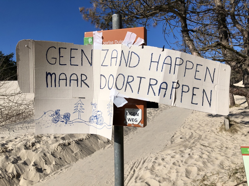Protestbord: 'Geen zandhappen, maar doortrappen'