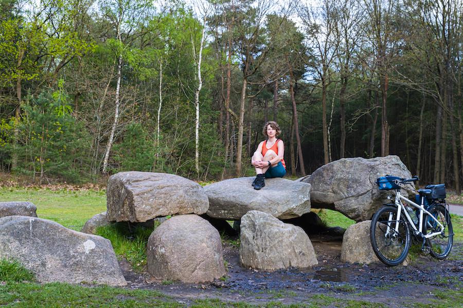 Jessica op Hunebed met haar fiets tegen een steen