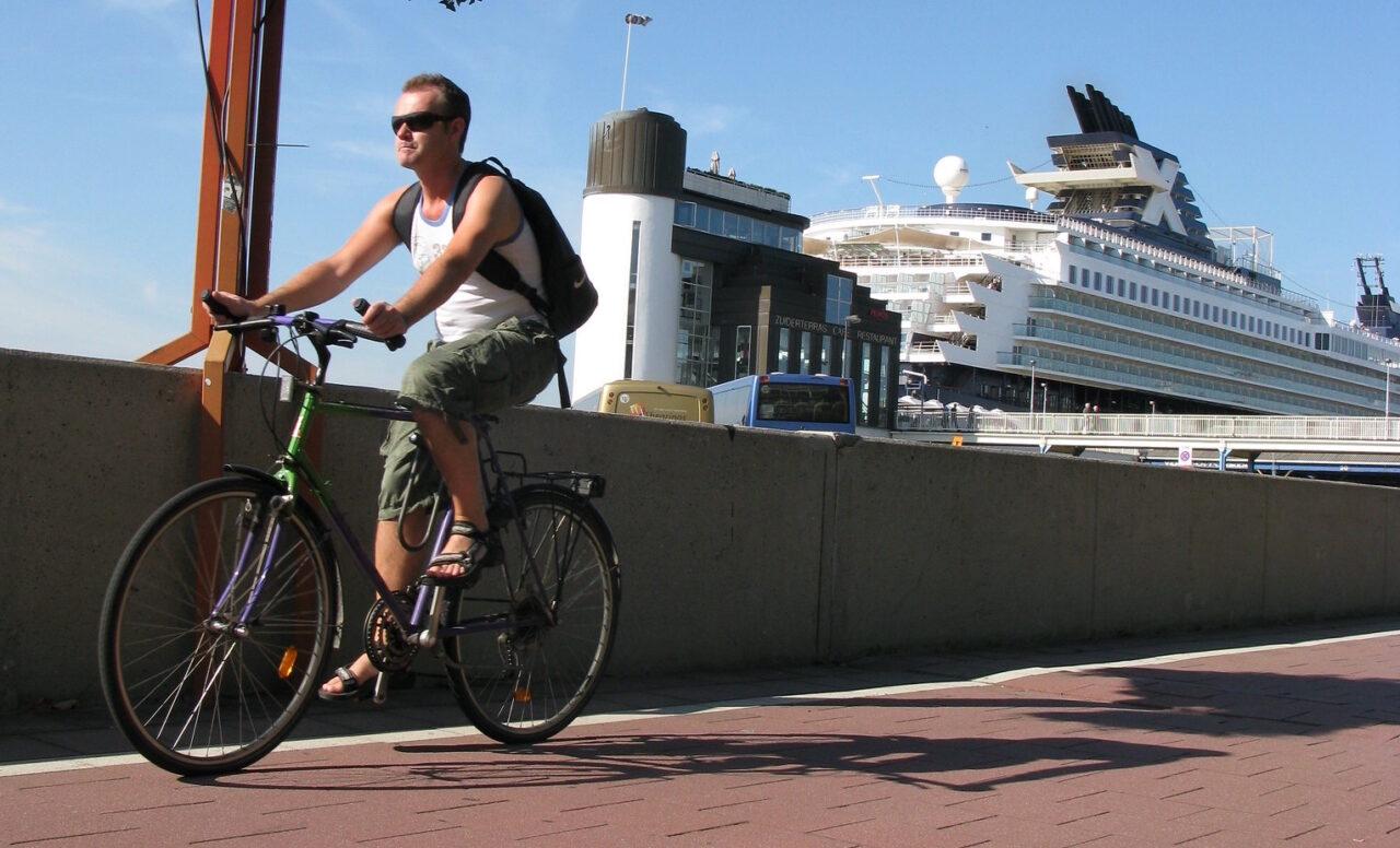 Man fietst langs de kade in Antwerpen