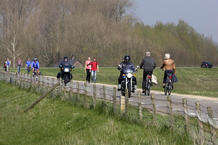 landweggetje motor fietser wandelaar
