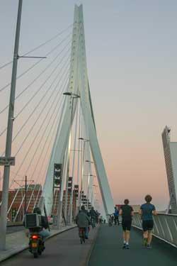 Hoe gaat Rotterdam brommers van het fietspad weren?