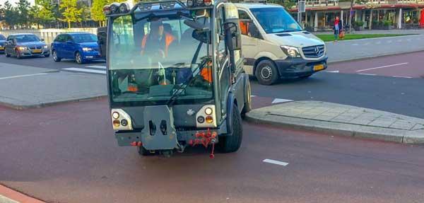 Hoe scherp mogen bochten in fietspaden eigenlijk zijn? De boogstraal is hier zo klein dat deze autootjes zelfs de buitenbocht niet kunnen halen!