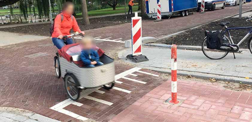 Nieuw obstakel, later weer verwijderd, Schepenstraat Rotterdam niet ingeleid met ribbelstrook, niet reflecterend, overblijvende ruimte is te smal, vlak na een bocht, niet bij een lantaarnpaal. Zien fietsers dit soort paaltjes wel eens over het hoofd? Wat staat er in Rotterdamse Stijl over fietsveiligheid en comfort?