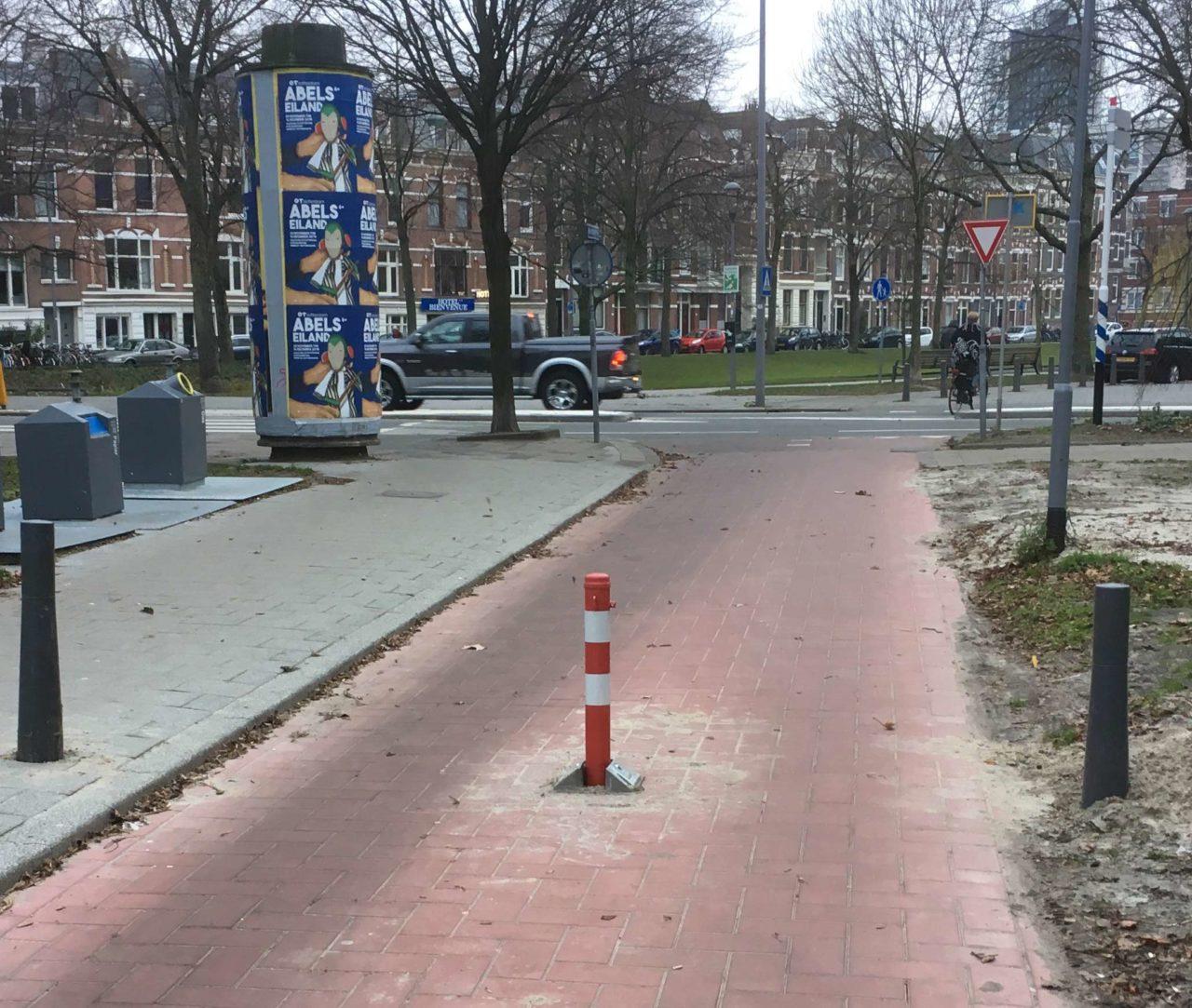 Gevaarlijk paaltje tussen de-Walenburgerweg en de Schepenstraat