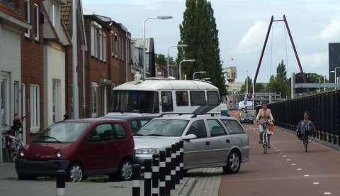 Fietssnelweg Ambtstraat met dubbelgeparkeerde auto's