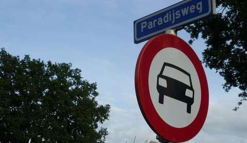 Borden Paradijsweg en verboden voor auto's