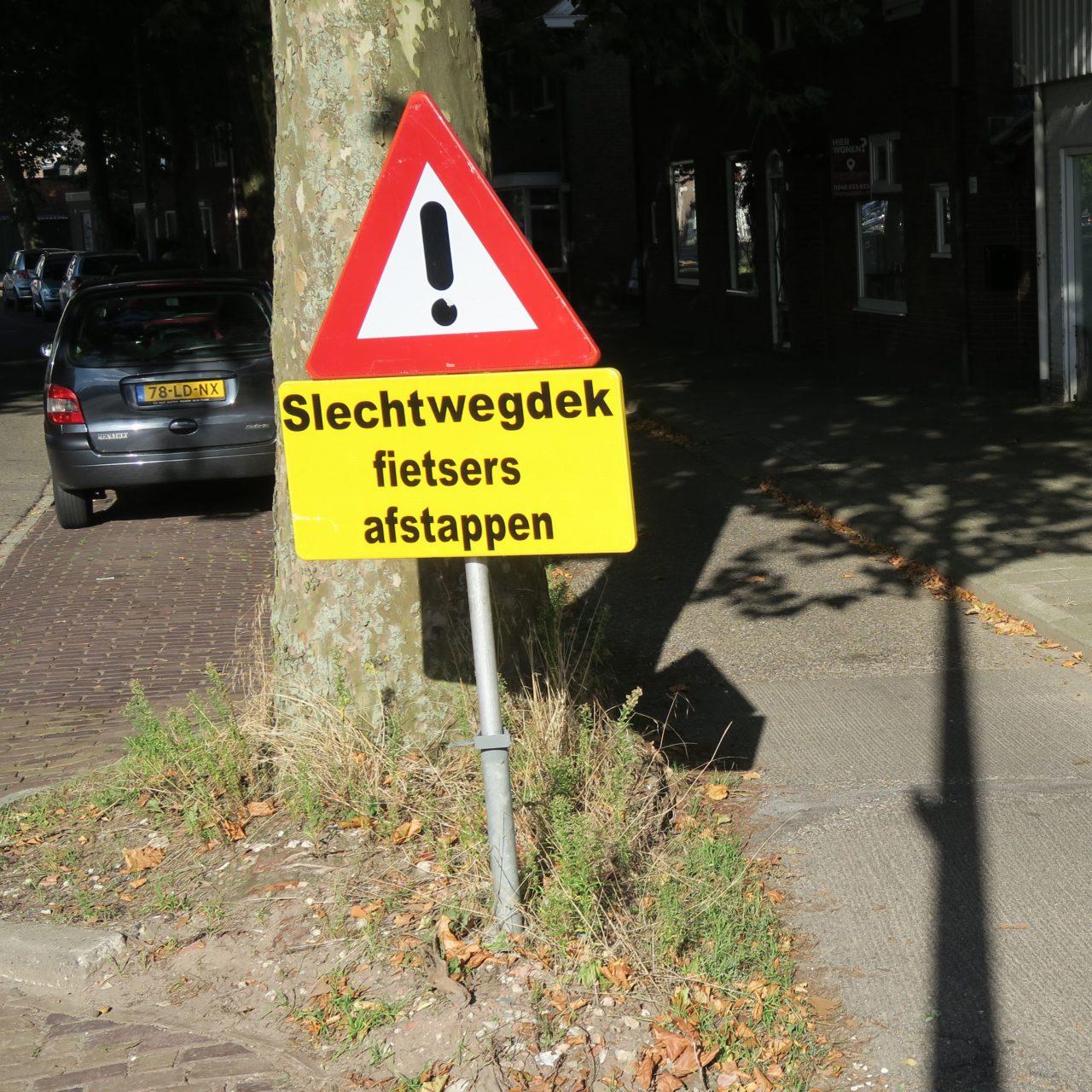 verkeersbord afstappen wegdek