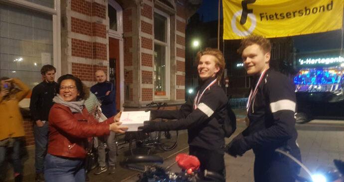 Sam Menius (r) en Dennis Smit vertrokken om 5.00 uur vanuit Heereveen met de fiets om geld op te halen voor het Diabetes Fonds. Listy Groenland overhandigd gebak