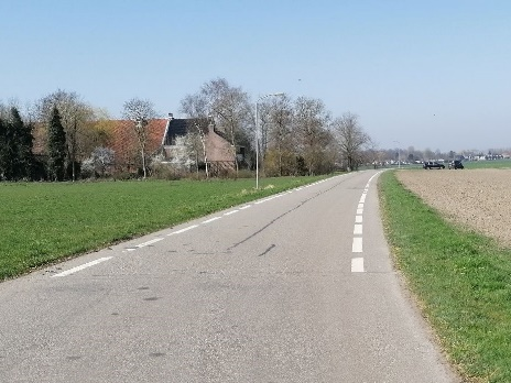 Foto 2: flauwe bochten; en waarom geen brede fietsstroken?