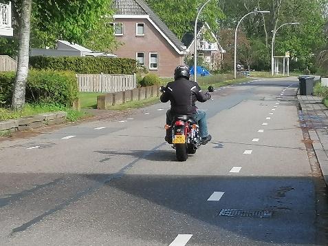 Foto 5: Waarom liggen hier geen brede rode fietsstroken?