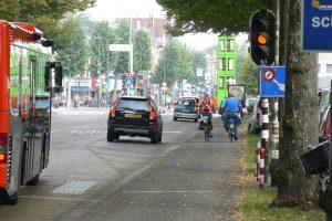 P2150409_Dreef_op_marktdagen_wilde_de_gemeente_de_fietsers_op_de_weg_tussen_de_autos_en_bussen
