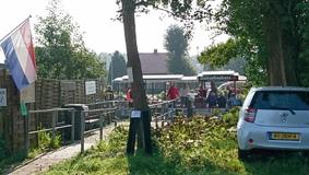 054-Oversteek-bij-Spaarne-Groepje-nam-de-pont