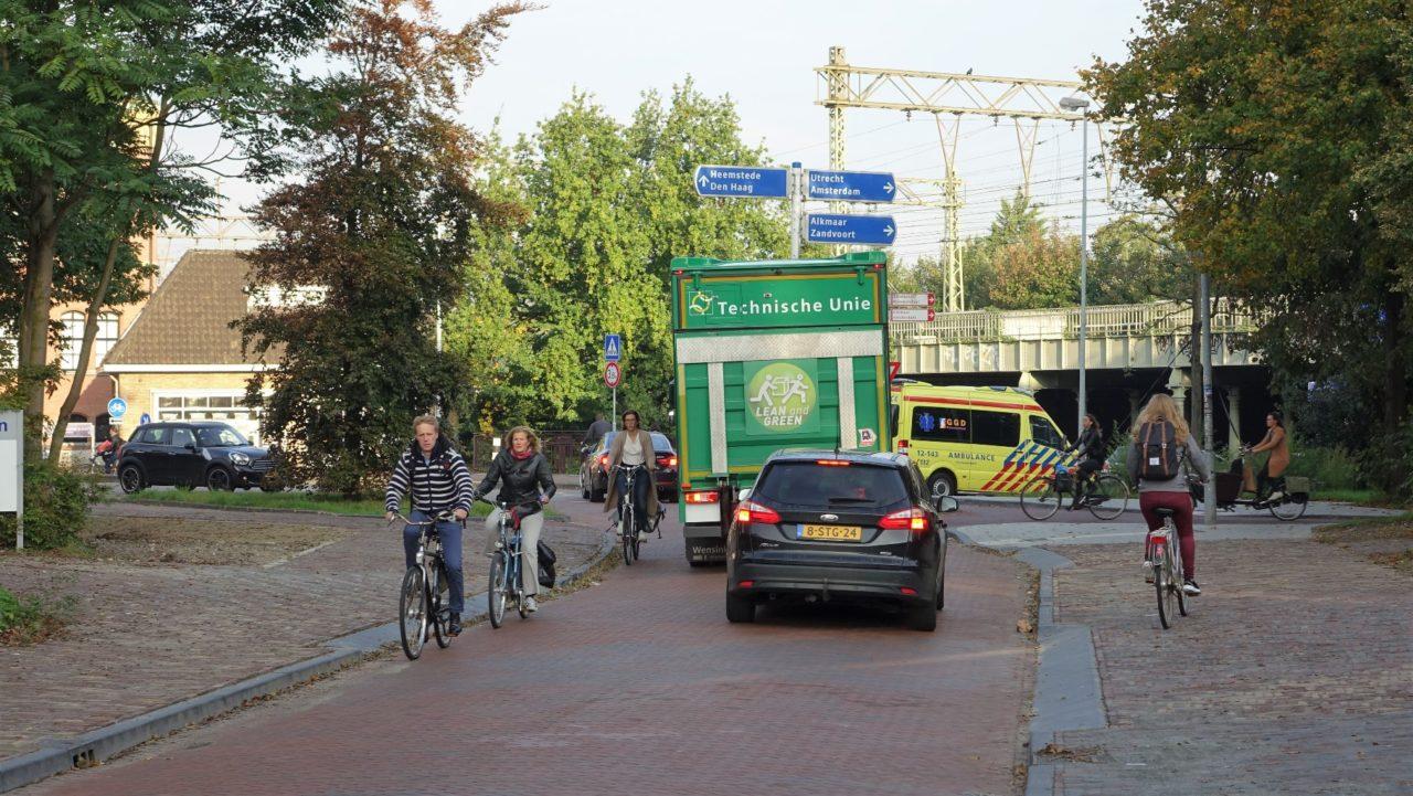 Fietsers wordt de pas afgesneden door tegemoetkomende (vracht)auto's