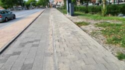 Rijksstraatweg Rechtse banden met stoeptegels (Klein)