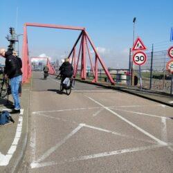 Al-direct-de-eerste-ochtend-rijden-er-heel-wat-fietsers-vanuit-IJmuiden-over-de-gelukkig-weer-geopende-sluizen.