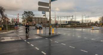 Fietser in het Traverse gebied in Dieren: één van de knelpunten is dit omoverzichtelijke fietspad op de WIlhelminaweg