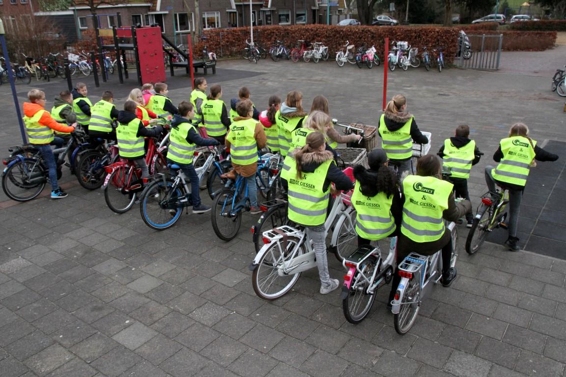 Kinderen-met-hesjes-op-de-fiets