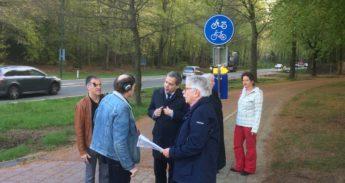 Radio-M interviewt gedeputeerde op de rotonde (Foto: Hugo Prakka (Twitter))