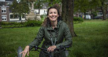 Op een gewone stadsfiets kan Marijn de Vries zich veel beter inleven in andere fietsers dan vroeger als wielrenner