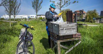 Fietsburgemeester Marja van den Ende fietst haar eten bij elkaar