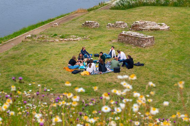 Picknickers bij Nijmegen