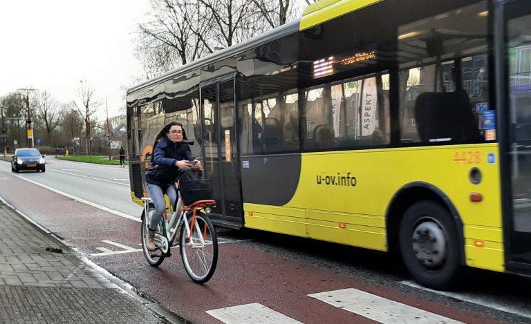 Bus passeert fietser op Batauweg